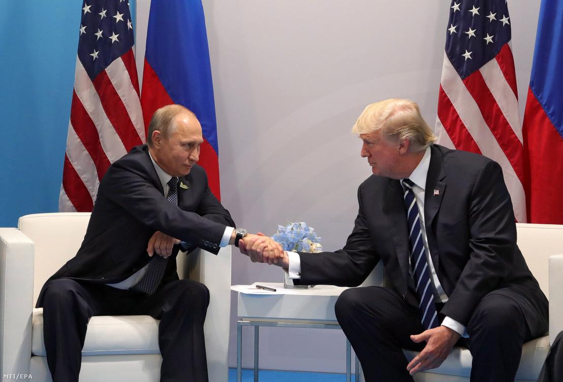 Vlagyimir Putyin orosz (b) és Donald Trump amerikai elnök kétoldalú megbeszélése a világ 19 legfejlettebb gazdaságú és vezető feltörekvő országát, valamint az Európai Uniót tömörítő húszas csoport, a G20 hamburgi csúcstalálkozójának első napján, 2017. július 7-én.