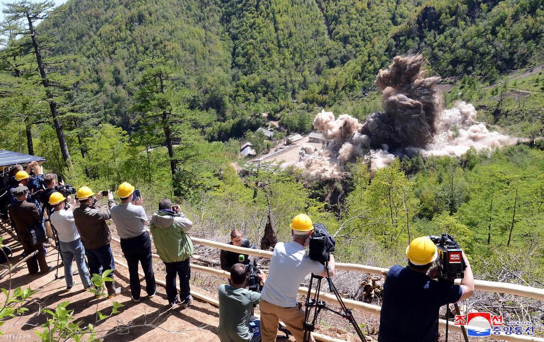 A KCNA észak-koreai hírügynökség által 2018. május 25-én közreadott képen a sajtó munkatársai jelenlétében felrobbantják az észak-koreai Punggje-ri atomlétesítmény egyik alagútjának bejáratát május 24-én.