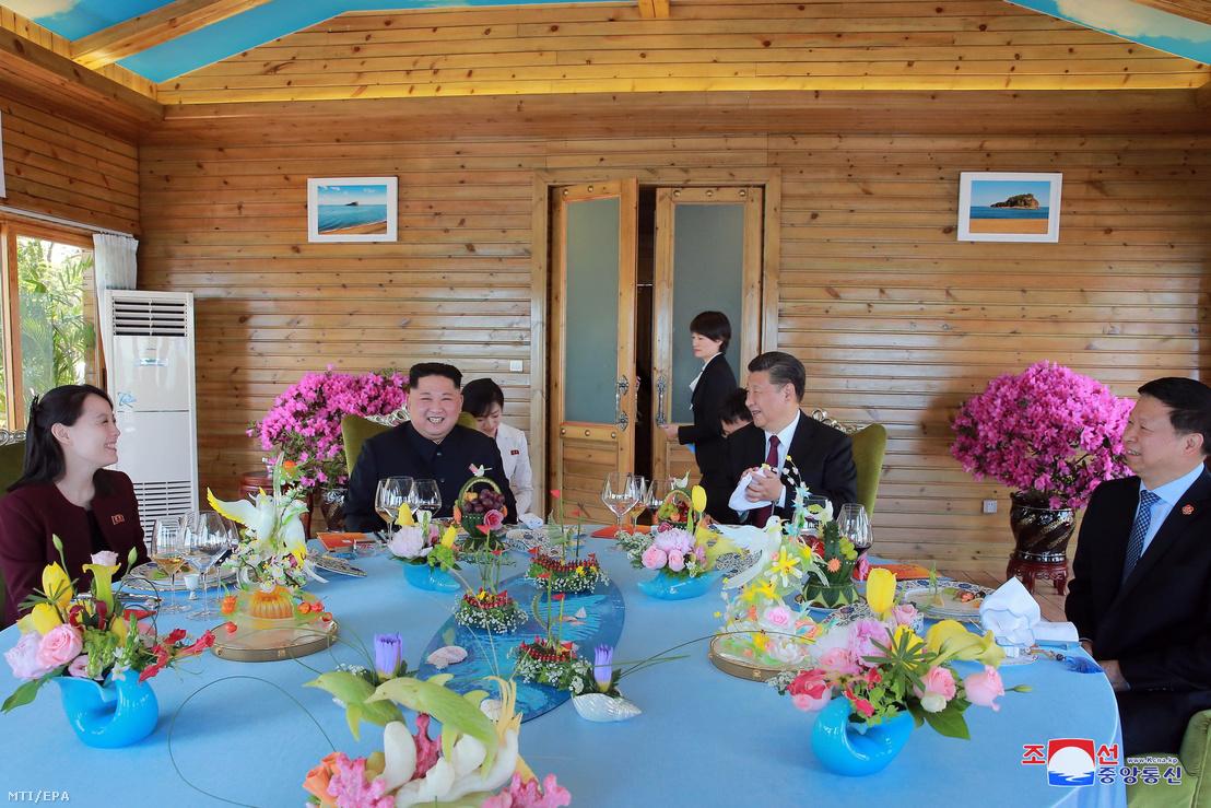 A KCNA észak-koreai hírügynökség által 2018. május 9-én közreadott képen Hszi Csin-ping kínai elnök (j2), Kim Dzsong Un észak-koreai vezető, a kommunista Koreai Munkapárt első titkára (b2), valamint húga, Kim Jo Dzsong, a Koreai Munkapárt agitációs- és propagandaosztályának helyettes vezetője (b) beszélget az északkelet-kínai Talien városban rendezett találkozójukon 2018. május 8-án.