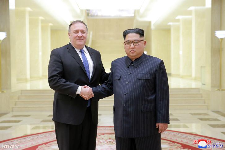 Kim Dzsong Un fogadja Mike Pompeo amerikai külügyminisztert (b) Phenjanban 2018. május 9-én.