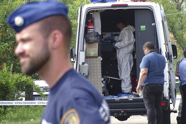 Bűnügyi helyszínelő Hódmezővásárhelyen, ahol kigyulladt egy családi ház, amelyben a tűzoltók két holttestet találtak 2018. május 25-én.