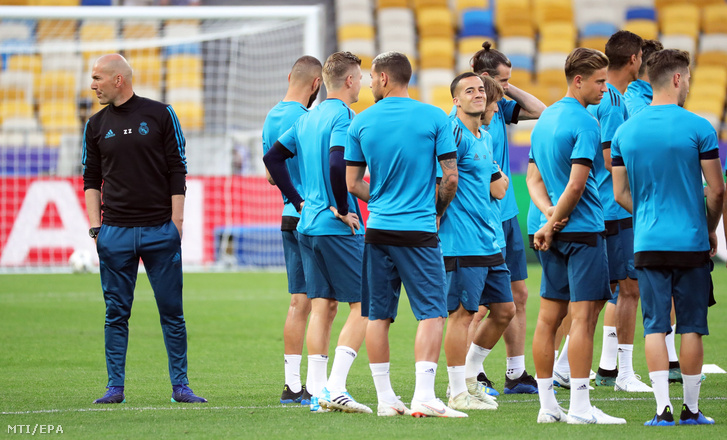 Zinedine Zidane Real Madrid vezetõedzõje (b) játékosaival a csapat Kijevben tartott edzésén 2018. május 25-én.