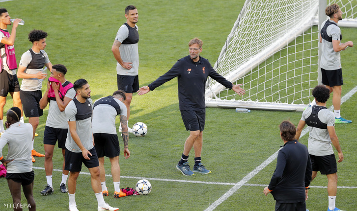 Jürgen Klopp, a Liverpool vezetőedzője (k) a csapat edzésén
