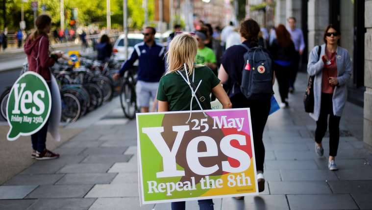 Exit poll: Az írek 68 százaléka az abortuszszabályok enyhítése mellett voksolt