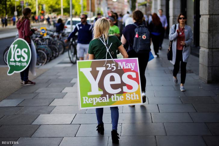 Az abortusztörvény enyhítése mellette kampányoló nők Dublinban