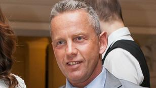 Schobert Norbertet feljelentették, mert vezetés közben Facebookozik