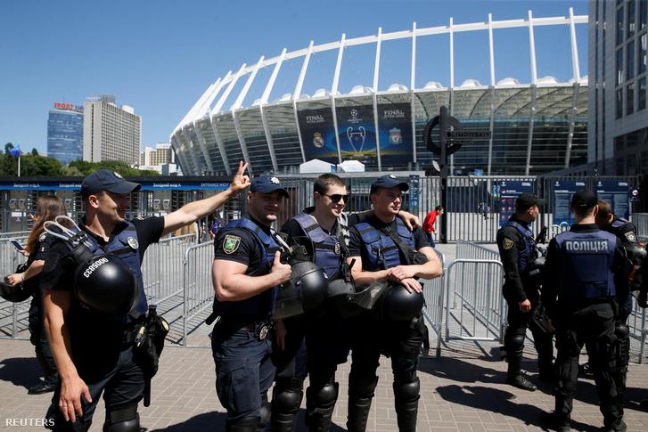 A döntőnek helyet adó kijevi stadion környékén amúgy erős a rendőri készültség, de a hangulat azért kellemesnek mondható