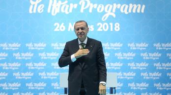 Erdogan arra kéri a törököket, hogy mentsék meg a lírát