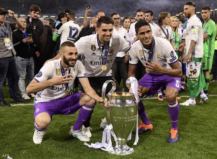 A 2017-es BL-győzelmet ünneplő Enzo Zidane (középen) Raphaël Varane-nal és Karim Benzemával