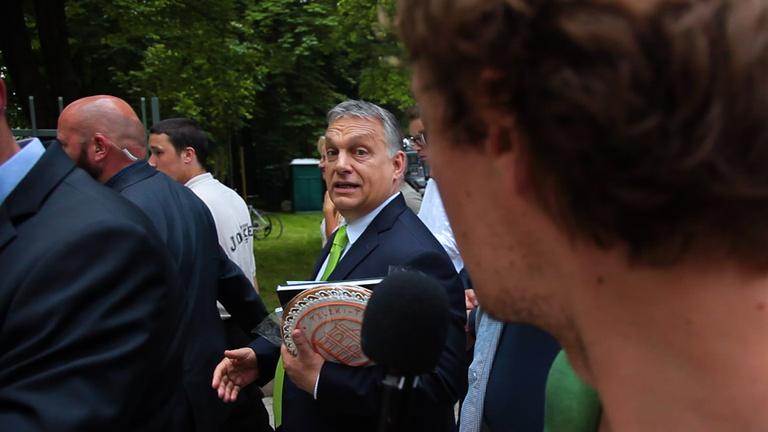 Hadseregnyi ember védte Orbánt attól, hogy kérdezhessük