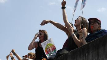 Négyszer annyi ellentüntető várta Berlin utcáin a német bevándorlásellenes pártot