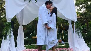 A nap esküvői fotója: Tommy Lee fürdőköpenyben és mamuszban vette feleségül influencer barátnőjét