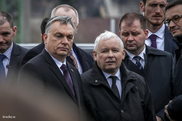 Orbán Viktor és Jaroslaw Kaczynski, a lengyel kormányzó Jog és Igazságosság Párt (PiS) elnöke a szmolenszki légikatasztrófa áldozatainak emlékére állított, Mementó Szmolenszkért elnevezésű emlékmű felavatásán Budafokon 2018. április 6-án.