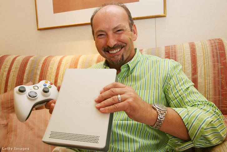 Peter Moore, a Microsoft elnökhelyettese az új Xbox 360 konzollal, 2006-ban