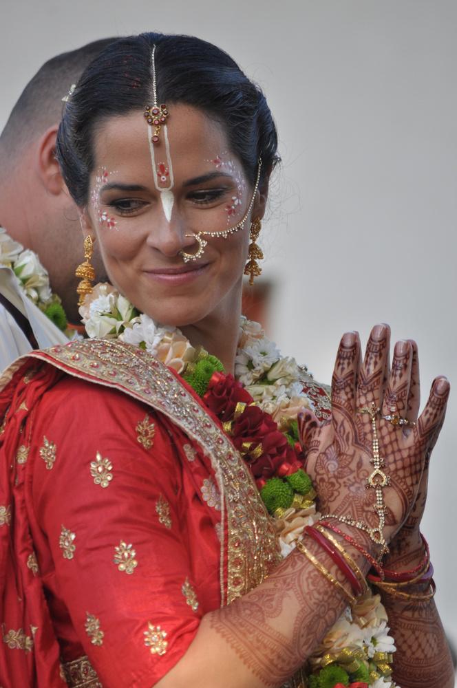 Gigi egy piros-arany szárit viselt, merthogy egyáltalán nem minden menyasszonyi ruha fehér