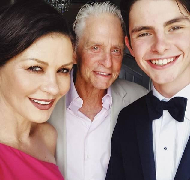 Catherine Zeta-Jones nem hagyhatta ki az alkalmat, hogy közös fotót készítsen férjével és a hamarosan főiskolás fiacskájával.