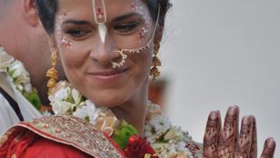 VV Gigi krisnatemplomban ment férjhez