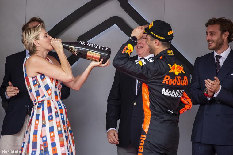 Mondjuk a túlméretezett pezsgős üvegből ivó monacói hercegnő is elég jó fotótéma volt.
