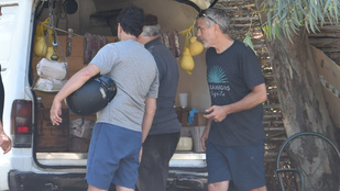 Van, hogy George Clooney is útszéli kisbusz csomagtartójából vásárol