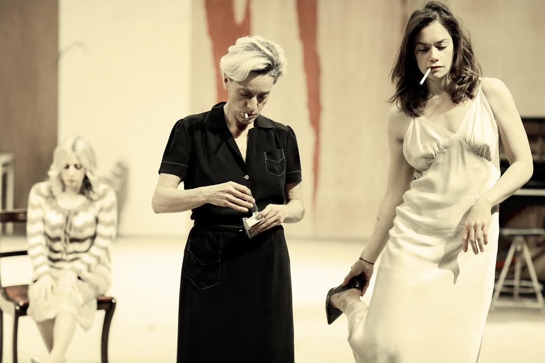 Sinéad Matthews, Magyar Éva és Ruth Wilson a londoni Nemzeti Színház Hedda Gabler című előadásában