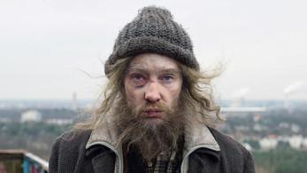 Cate Blanchett hajléktalan férfiként szidja a kapitalizmust