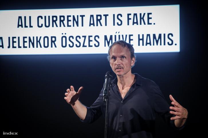 Julian Rosefeldt német művész, filmkészítő Manifesto című, tizenhárom csatornás filminstallációjának sajtóbemutatóján
