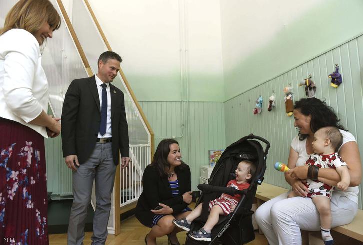 Rózsahegyi Ildikó gyermekeit egyedül nevelő édesanya gyermekeivel, Novák Katalin család- és ifjúságügyért felelős államtitkár, Nagy Anna az Egyedülálló Szülők Klubja Alapítvány kuratóriumi elnöke és Sára Botond a nyolcadik kerület alpolgármestere (Fidesz-KDNP) Budapesten az ország első egyszülős központjának megnyitóján 2018. május 28-án