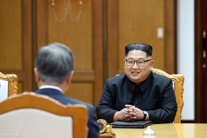 2018. május 27-én a dél-koreai elnöki hivatal által közreadott képen Kim Dzsong Un észak-koreai vezető (j) és Mun Dzse In dél-koreai elnök megbeszélést folytat az újabb csúcstalálkozójuk során a két Koreát elválasztó panmindzsoni demilitarizált övezet északi részén május 26-án.