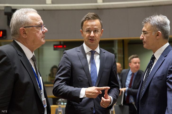 Szijjártó Péter külgazdasági és külügyminiszter (k), valamint Neven Mimica, a nemzetközi együttműködésért és fejlesztésért felelős horvát biztos (b) és Carmelo Abela máltai külügyminiszter az Európai Unió Külügyi Tanácsának ülésén Brüsszelben 2018. május 28-án.