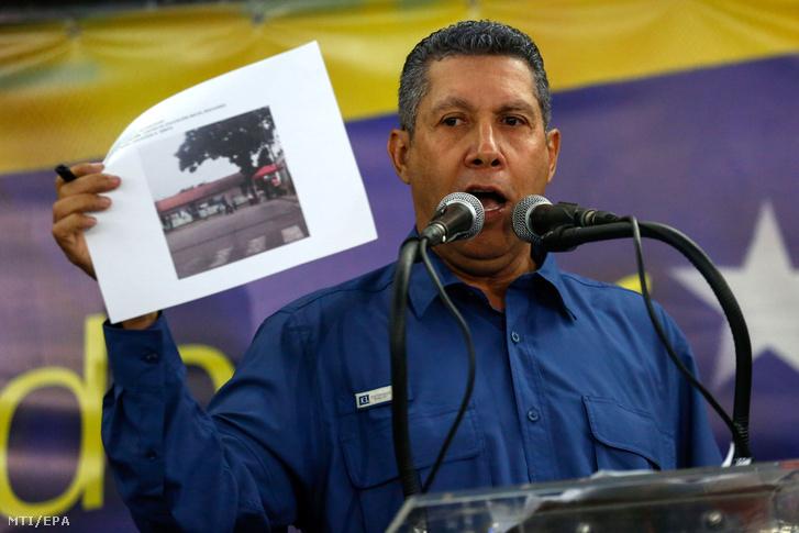 Henri Falcon venezuelai ellenzéki államfõjelölt sajtótájékoztatót tart Caracasban 2018. május 20-án miután elvesztette az aznapi elõrehozott elnökválasztást Nicolás Maduro hivatalban levõ baloldali elnökkel szemben. A szocialista Maduro a szavazatok 677 százalékát kapta Henri Falcon pedig szavazatok 212 százalékát. Falcon a választókra gyakorolt nyomás miatt illegitimnek nevezte a voksolást és a választás megismétlését követeli.