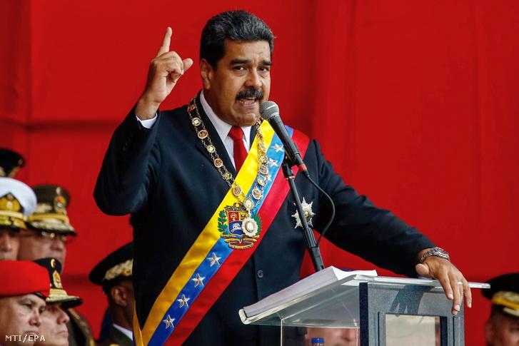 Nicolás Maduro újraválasztott venezuelai államfõ beszédet mond a hivatali eskütételén.