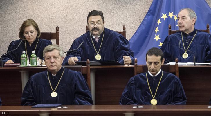 Szalay Péter alkotmánybíró (felül középen) az Alkotmánybíróság határozatának nyilvános hirdetésén 2017. június 13-án. Mellette Szívós Mária Stumpf István Schanda Balázs alkotmánybírók és Sulyok Tamás elnök (b-j).