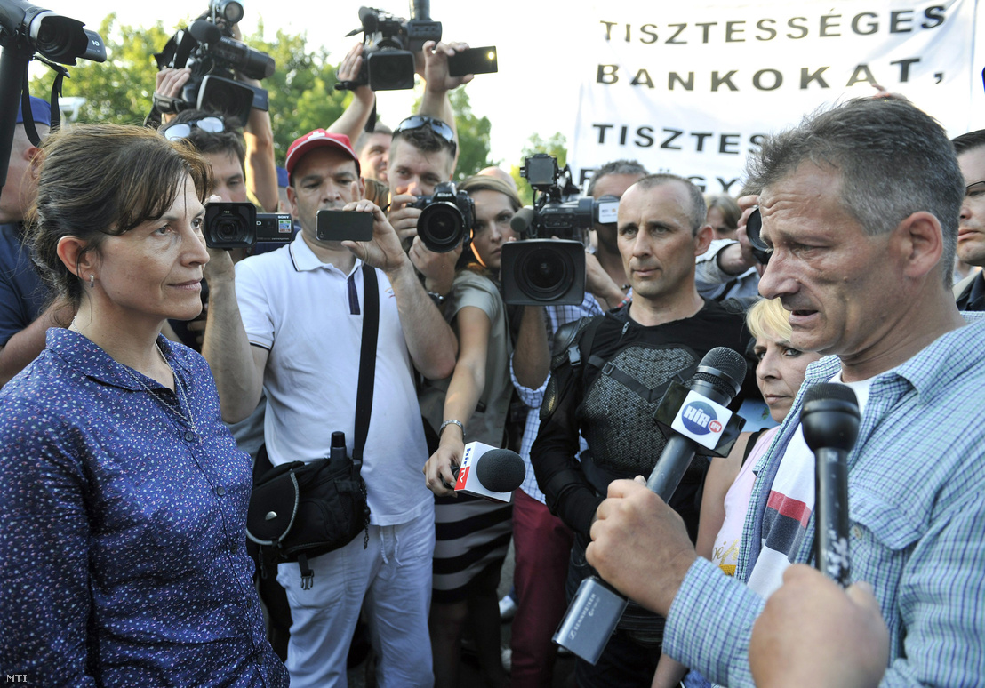 Lévai Anikó, Orbán Viktor miniszterelnök felesége a lakossági devizahitel-szerződés semmisségének megállapítása iránt indított per ítélethirdetése után a kormányfő házához vonuló tüntetők között a budapesti Csipke utca és Cinege út kereszteződésénél 2013. július 4-én.