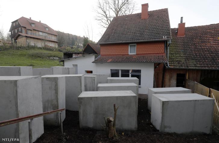 A Politikai Szépségért Központ (ZPS) nevű aktivista csoport által elhelyezett betontömbök Björn Höckének, a szélsőjobboldali AfD türingiai politikusának bornhageni háza (b) melletti telken 2017. november 22-én. A tiltakozó akcióra azért került sor, mert Höcke az év elején egy pártrendezvényen a berlini holokauszt-emlékművet a szégyen emlékművének nevezte, és hangsúlyozta, hogy nincs olyan ország, amelyik hasonló emlékművet emelt volna a fővárosa szívében. Az aktivisták a telket már 10 hónapja kivették, majd az interneten gyűjtöttek pénzt a 24 betontömbre és kijelentették, hogy az emlékmű legalább két évig biztosan állni fog az AfD-s politikus háza mellett.