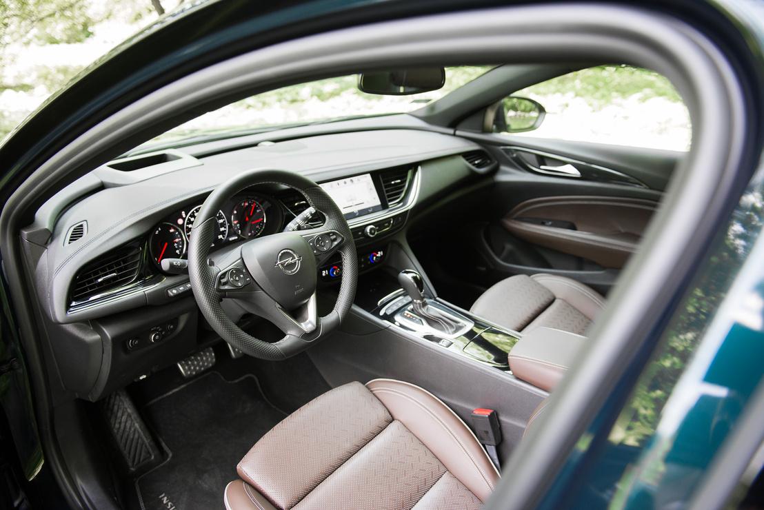 Az Opel rendes autógyár módjára szépen beépítette a tabletet