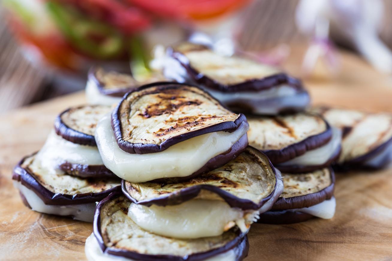 Fűszeres padlizsánfalatok olvadó mozzarellával - Isteni köret vagy előétel