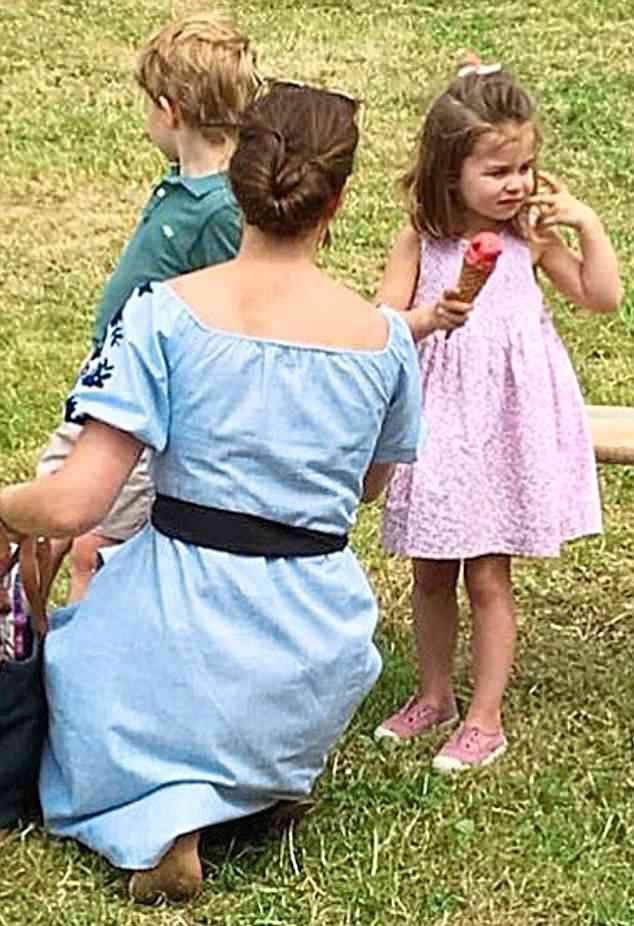 Charlotte igazán édes volt ebben a kislányos, nyári dresszben.