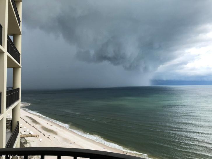 A vihar érkezése az alabamai Orange Beach felől fotózva