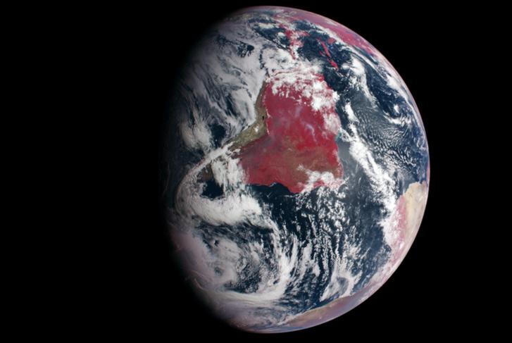 Hamisszínes infravörös felvétel a Földről. Az élénk vörös területek erős fényvisszaverésre utalnak a közeli infravörös hullámhossztartományban. Ez rendkívül domináns a dél-amerikai őserdőknél. Figyeljük meg, hogy ugyanakkor az Atacama, illetve a Szahara sivatagjainak vidéke egészen más színű.