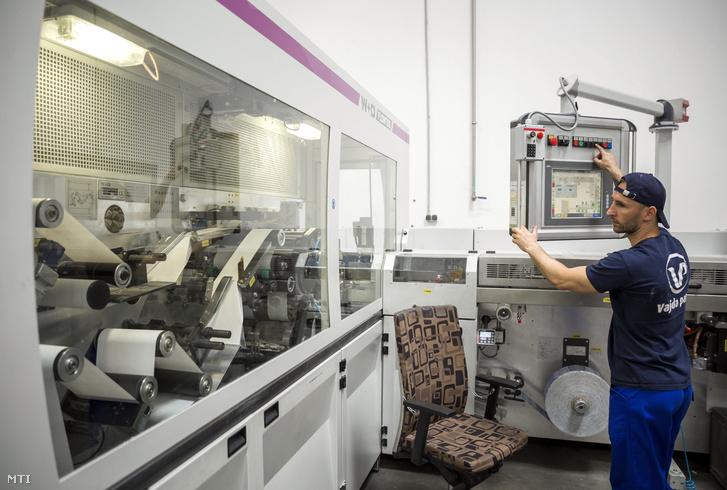Automata papír zsebkendő gyártó- és csomagológép a Vajda Papír Kft. budapesti gyárában 2017. június 12-én.