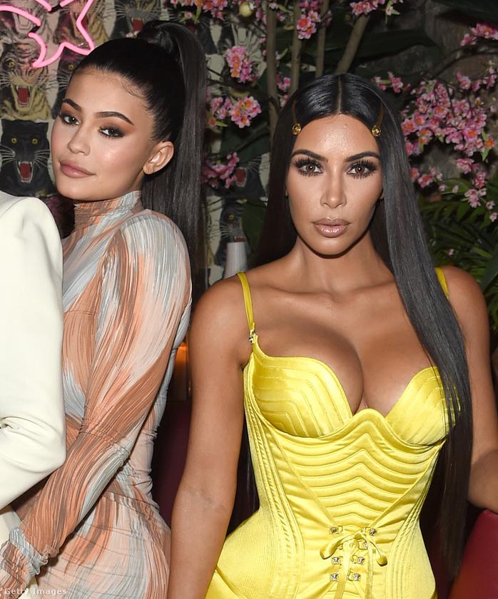 Csak a miheztartás végett, és még mielőtt teljesen összezavarnánk önt, gyorsan megmutatjuk, hogy fest az életben a valódi Kim Kardashian és féltestvére, az őrült elfoglalt Kylie Jenner