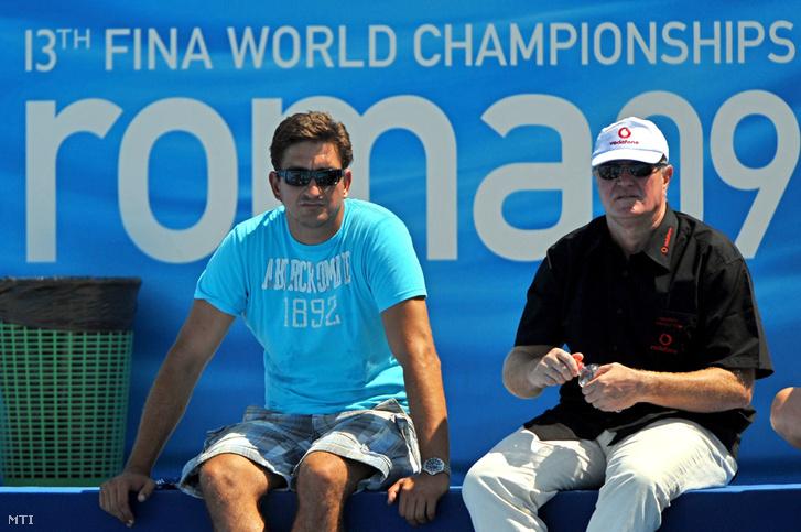 Molnár Tamás és Kemény Dénes a lelátóról nézi a Magyarország-Románia férfi vízilabda mérkõzést a római vizes világbajnokságon 2009. július 30-án.