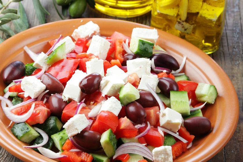 A jól behűtött görög saláta a nyár nagy kedvence. Otthon is egyszerűen összedobhatod. Karakteres ízét a feta sajt és az olívabogyó adja. Minél színesebb, annál jobb. Kínálhatod húsok mellé, de egy szelet pirítóssal is remek.
