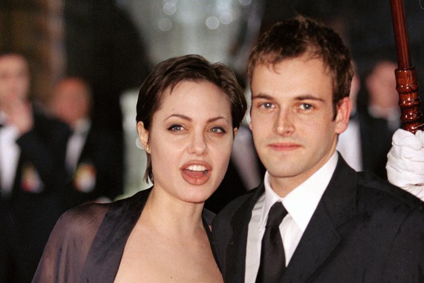 Angelina Jolie és Johnny Lee Miller 3 évig voltak házasok a 90-es években. Jolie végül Brad Pitt-tel nevelt közösen gyerekeket, de tőle is vált. Miller 2008 óta házas Michele Hicks-szel, egy fiuk van.
