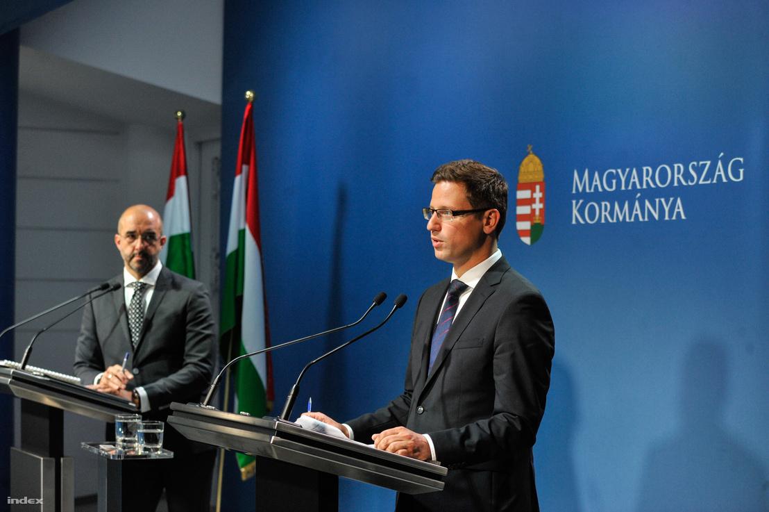 Gulyás Gergely (j) és Kovács Zoltán (b) a kormányinfón 2018 május 24-én