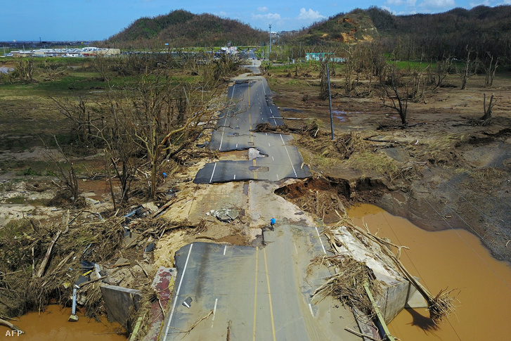 A Maria nevű hurrikán által megrongált út 2017. szeptember 23-án