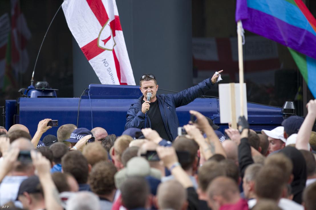 A szélsőjobboldali Tommy Robinson 2013-ban a kelet-londoni Tower Hamlets kerületben, ahol az iszlám saría ellen tiltakoztak.