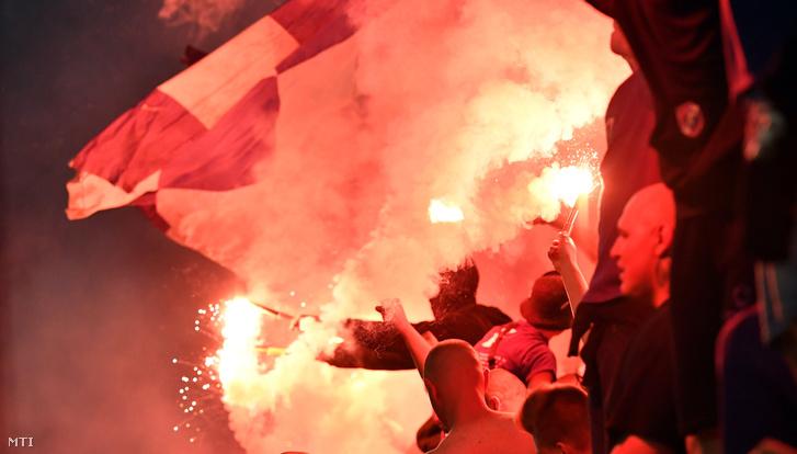 Újpesti szurkolók az első gól után a labdarúgó Magyar Kupa döntőjében játszott Puskás Akadémia FC - Újpest FC mérkőzésen a Groupama Arénában 2018. május 23-án.