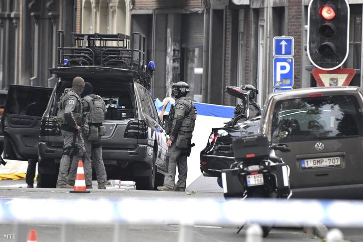 A belga rendőrség különleges alakulatának tagjai a Liege belvárosában elkövetett lövöldözés helyszínén 2018. május 29-én. A 33 éves gyanúsítottat, akinél eredetileg kés volt, járőrök állították meg az utcán Liege központjában, mire rátámadt az őt igazoltató rendőrökre, s elvette egyikük pisztolyát, majd agyonlőtte őket, valamint egy civilt és elmenekült. A férfit később agyonlőtték.