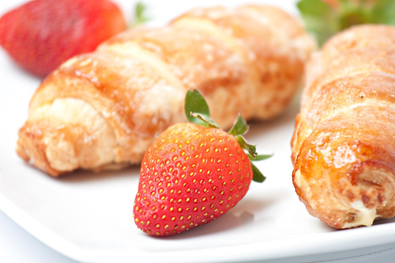 Ellenállhatatlan, habos, epres tekercsek - Ne bajlódj a tésztakészítéssel